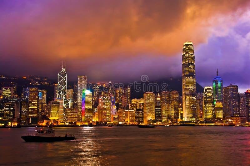 Hong Kong Skylight på skymninglandskapet symfonin av ljusa Citys royaltyfria bilder