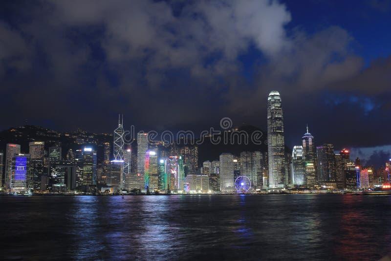 Hong Kong Skylight på skymninglandskapet symfonin av ljusa Citys royaltyfri bild