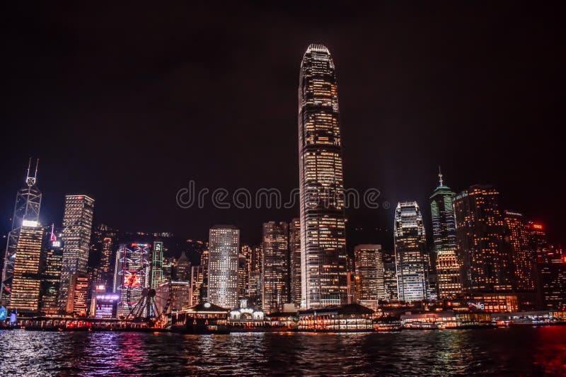 Hong Kong Skyline in het water van Victoria Harbour wordt weerspiegeld die stock afbeelding