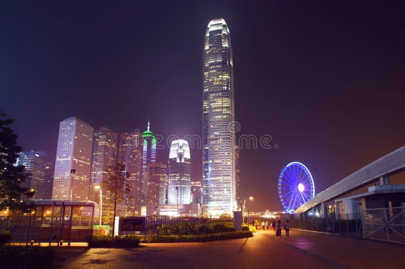 Hong Kong skyskrapor och observationshjul vid natt arkivfoto