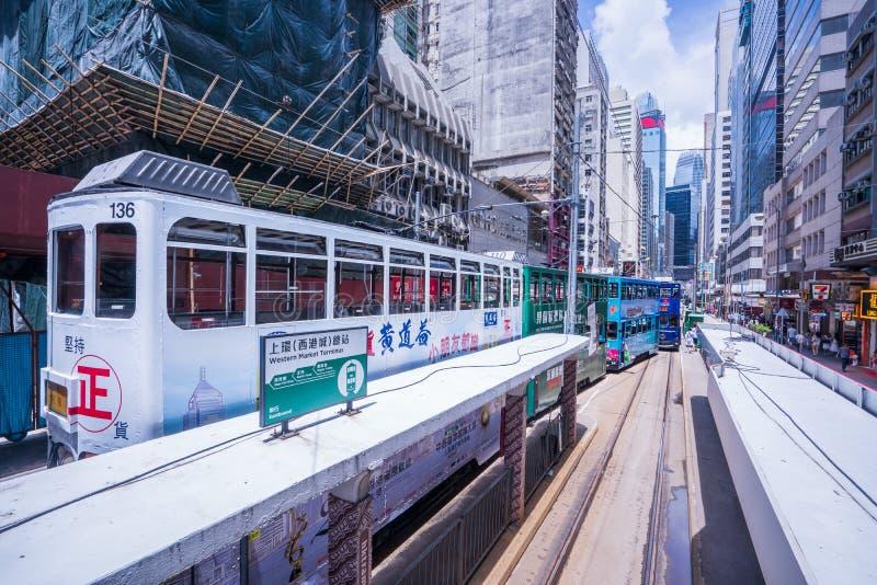 Hong Kong spårvägar, riktningar för spårvagnar för Hong Kong ` s inkörda två -- östliga och västra passagerare lutar tillbaka som royaltyfri foto