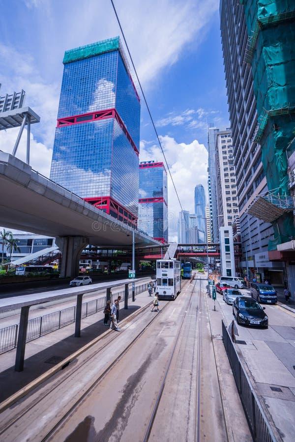 Hong Kong spårvägar, riktningar för spårvagnar för Hong Kong ` s inkörda två -- östliga och västra passagerare lutar tillbaka som arkivfoton