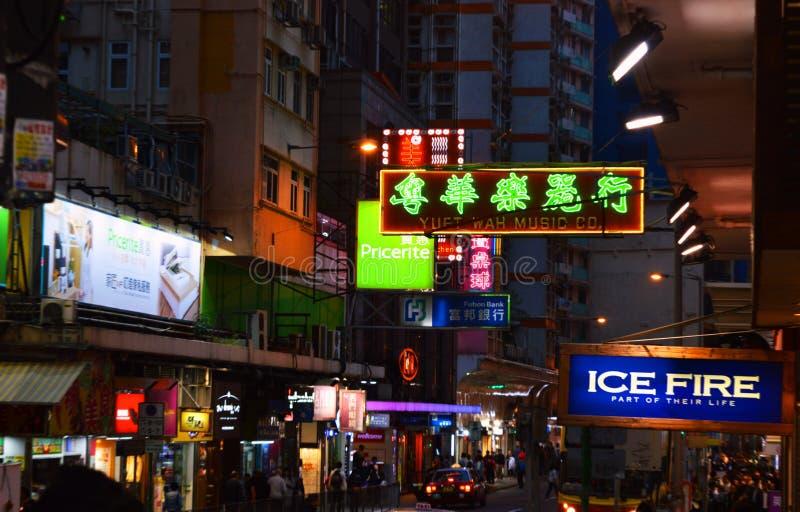 Hong Kong stadsbelysning i färgrik wiev för nigt från gatan royaltyfri fotografi