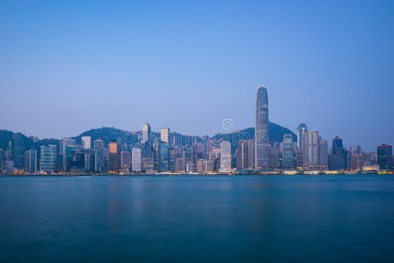 Hong Kong stadshorisont med blå trevlig himmel royaltyfria foton
