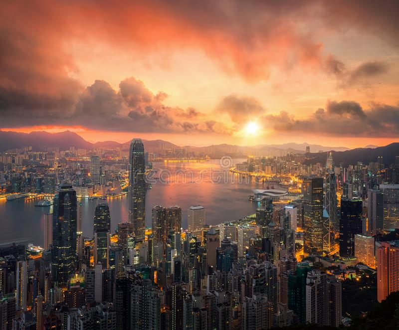 Hong Kong stadsscape med solen och ljus från byggnad arkivbild