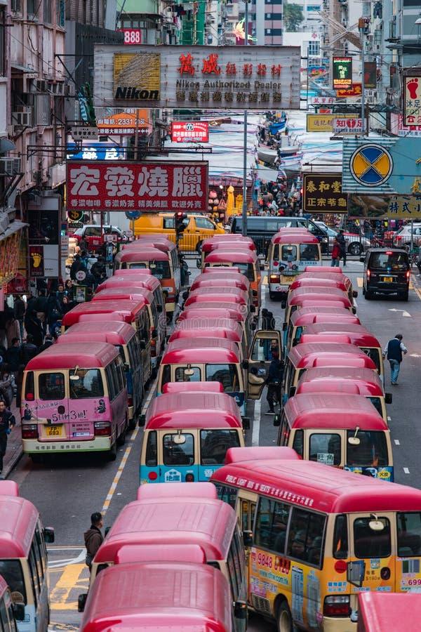 Hong Kong-straatmening met minibus royalty-vrije stock afbeeldingen