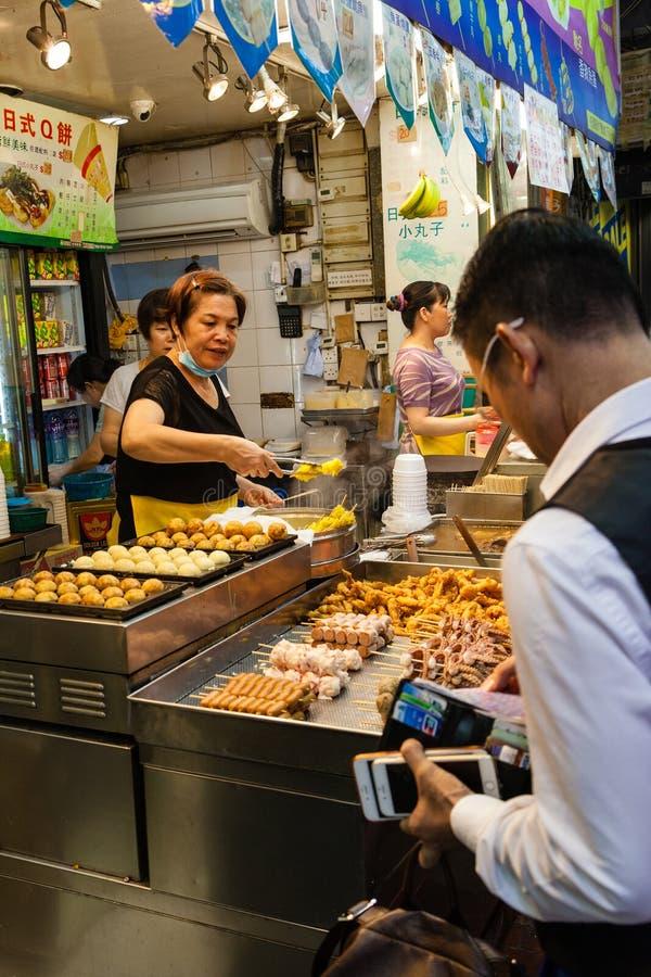 Hong Kong Street Food Vendor en el mercado de la noche fotografía de archivo