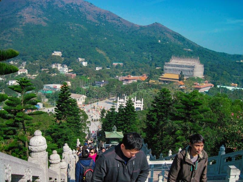 Hong Kong, styczeń 2013 - Panorama widok z Ngong Ping hill na wyspie Lantau Ludzie idą na górę do pomnika Wielkiego Buddy obraz royalty free