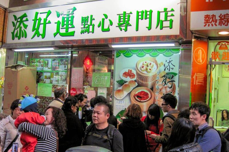 Hong Kong, styczeń, 2013 - Tim Ho Wan najtańszy Michelin gwiazda restauracji przedniej i wejścia Osoby oczekujące na uzyskanie obrazy stock