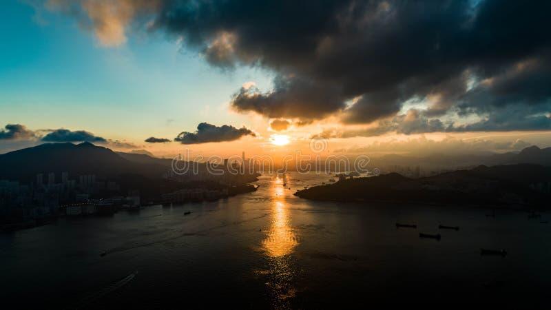 Hong Kong Sunset alla baia di andata di Victoria di sembrare del parco di Lohas fotografia stock