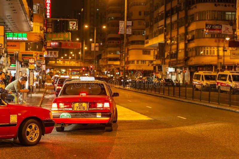 Hong Kong-Taxiwartereihe in der ruhigen nahen Straßenreiseszene bei Mongkok stockfotografie