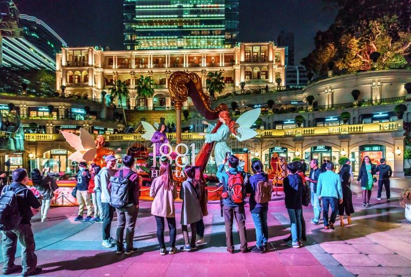 Hong Kong - Toeristen die zich bij Christelijke feestelijke decoratie op Chinese Nieuwjaarviering door iconisch bevinden stock afbeelding