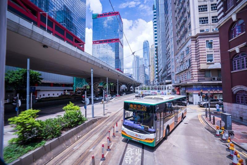 Hong Kong-tramsporen, de trams van Hong Kong ` s in twee richtingen in werking die worden gesteld die -- de Passagiers magere rug stock foto