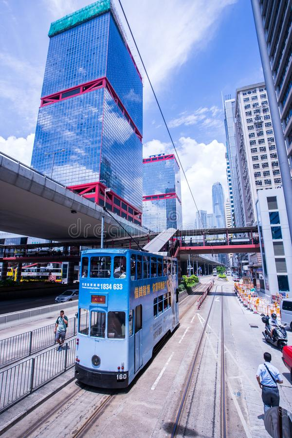 Hong Kong-tramsporen, de trams van Hong Kong ` s in twee richtingen in werking die worden gesteld die -- de Passagiers magere rug stock afbeeldingen
