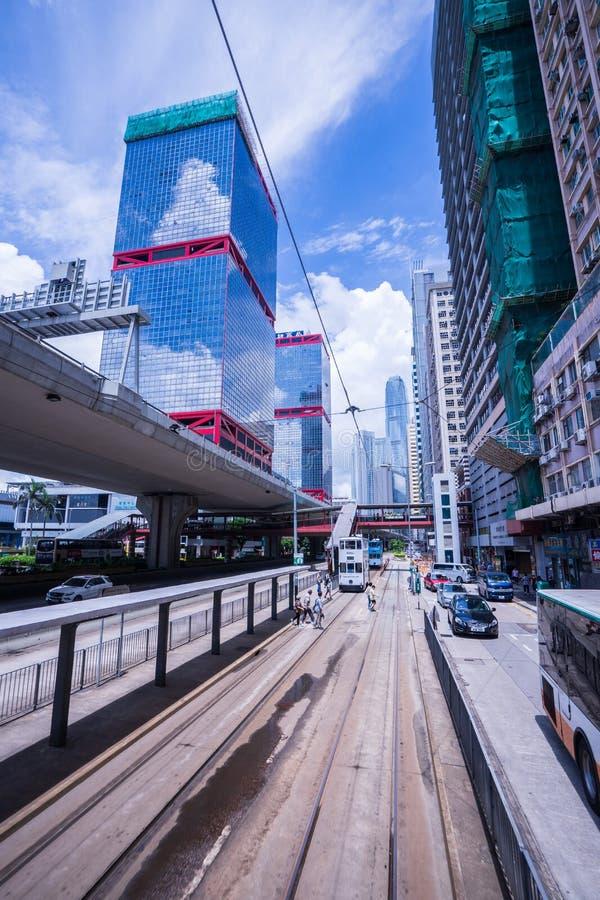 Hong Kong-tramsporen, de trams van Hong Kong ` s in twee richtingen in werking die worden gesteld die -- de Passagiers magere rug royalty-vrije stock afbeelding