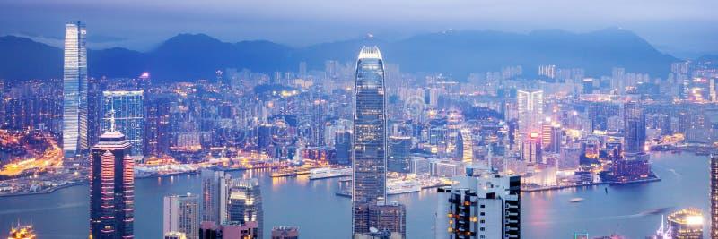 Hong Kong, vista de la ciudad de la noche y del estrecho del pico de Victoria, un paisaje urbano imponente hermoso imágenes de archivo libres de regalías