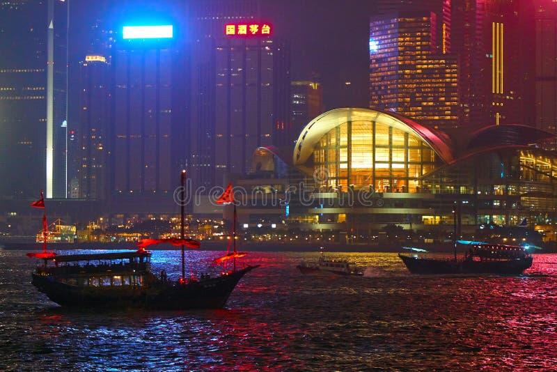 HONG KONG, Wrzesień - 3, 2017: Łodzie biega przez Wiktoria Har obraz stock