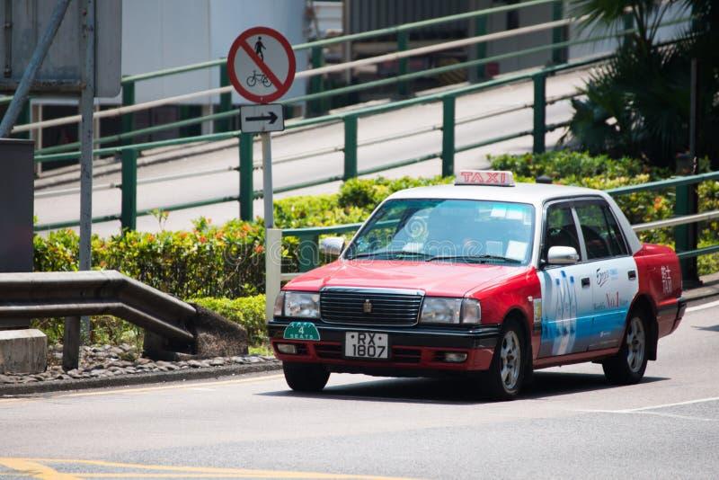 Hong Kong, Wrzesień - 22, 2016: Czerwony taxi na drodze, Hong Kong ` zdjęcie royalty free