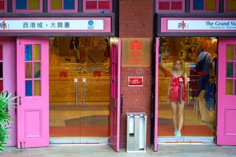 HONG KONG, Wrzesień - 4, 2017: Staromodni drewniani różowi drzwi a obrazy royalty free