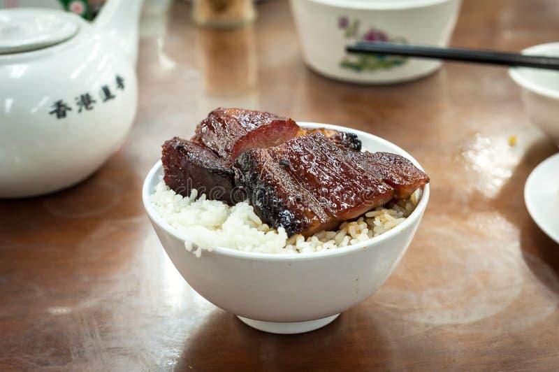 Hong tjänade som Kong-stil grillat griskött på en lokal dim sumrestaurang royaltyfri foto