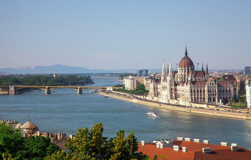 Hongaars Parlementsgebouw in Boedapest, Hongarije op zonnig DA royalty-vrije stock afbeeldingen