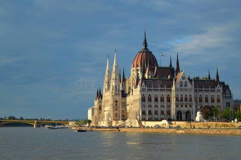 Hongaars Parlementsgebouw van de kant, Boedapest, Hongarije stock fotografie