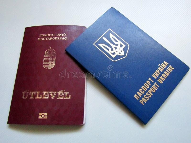 Hongaarse en Oekraïense paspoorten royalty-vrije stock foto's