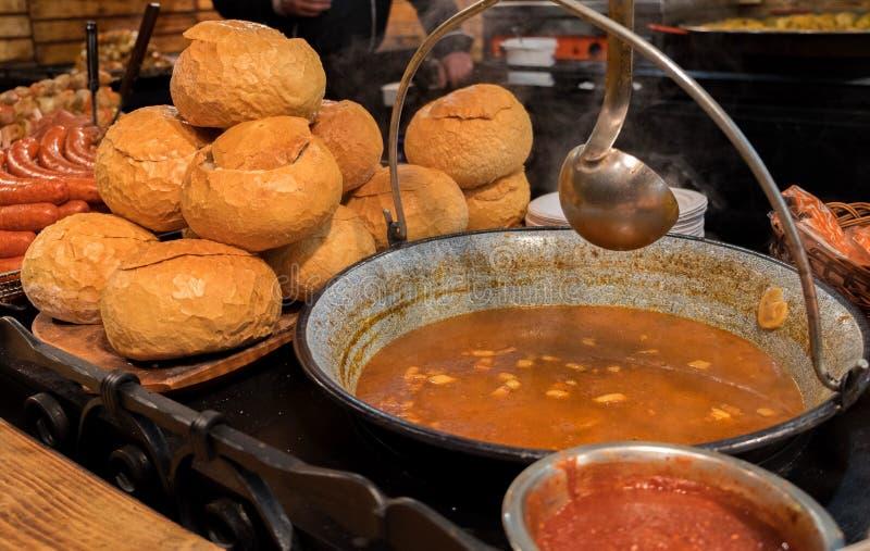 Hongaarse Goelasj - is een soep of een hutspot van vlees en groenten royalty-vrije stock foto's