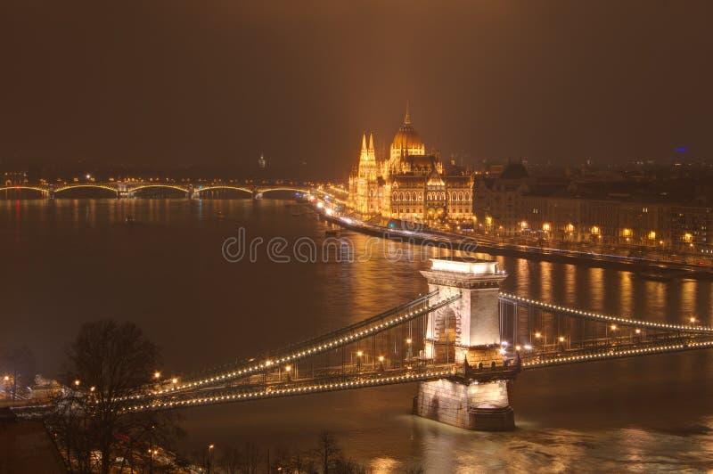 Hongarije, Boedapest, Kettingsbrug en Hongaars Parlementsgebouw - nachtbeeld royalty-vrije stock foto
