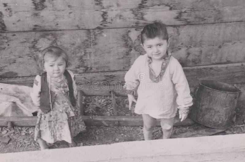HONGARIJE CIRCA 1930-40 ` s - Little Boy en Meisje - ca 1930-jaren '40 Landelijke Etnische Foto stock foto's