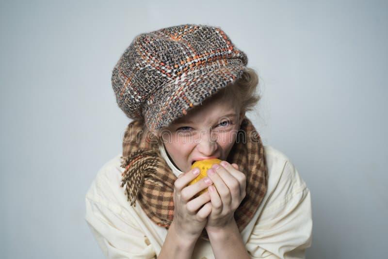 Honger en daklozen. ouderwets kind in beret. straatkind met vuil gezicht. oude engelse stijl. retro modaal model stock fotografie