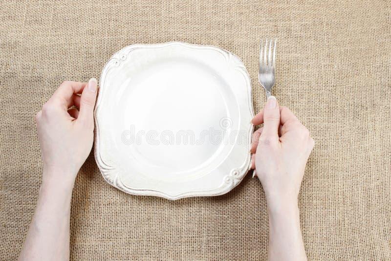 Hongerige vrouw die op haar maaltijd wachten stock afbeelding