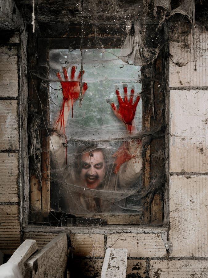 Hongerige zombie bij het venster stock foto