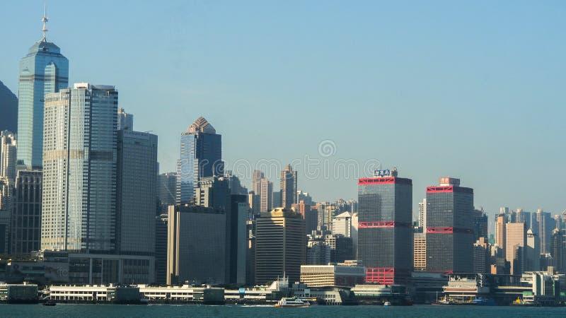 HONGKONG HONGKONG - DECEMBER 10: främre sikt för hav med lyxiga byggnader i Hong Kong på December 10, 2016 royaltyfri foto