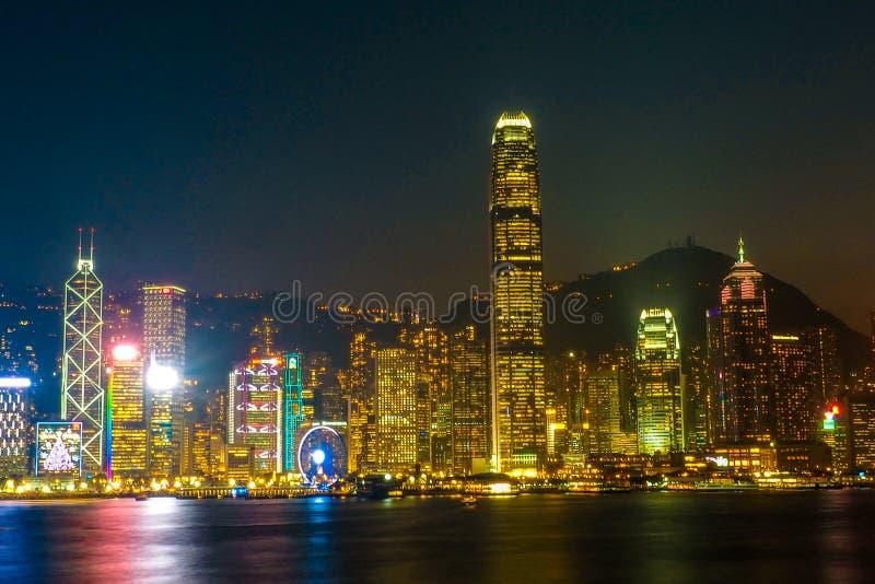 HONGKONG KINA - DECEMBER 8, 2016: Hong Kong stadshorisont på natten över Victoria Harbor med klar himmel och stads- skyskrapor, arkivfoton