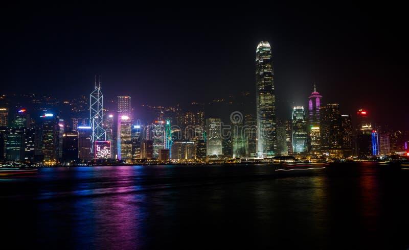 HONGKONG KINA - JANUARI, 17: Hamn Victoria Nattpanorama av skyskrapor från promenaden royaltyfri bild