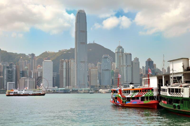 HONGKONG KINA - MARS 13: F?rja som kryssar omkring den Victoria hamnen royaltyfri foto