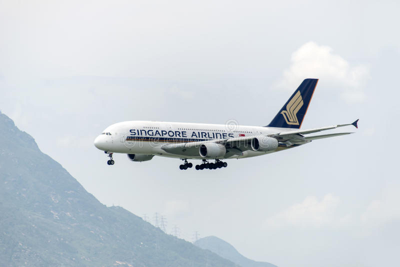 HONGKONG - MAJ 30: Den Singapore Airlines flygbussen A380 ankommer i Hong Kong International Airport på Maj 30, 2015 i Hong Kong  royaltyfri fotografi
