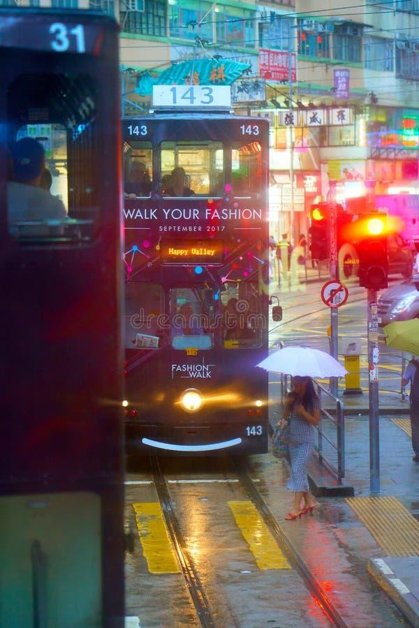HONGKONG - September 4, 2017: Spårvagn för dubbel däckare i tidig eveni arkivfoto