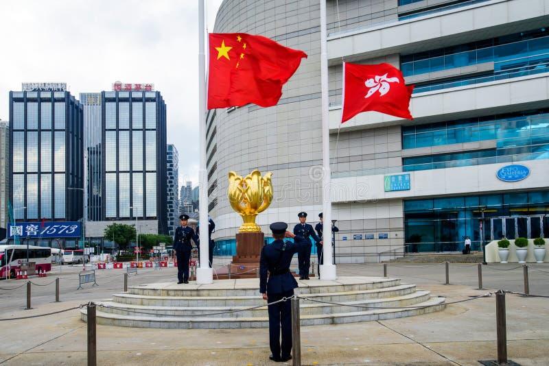Hongkong - 9 sierpnia 2018: Żołnierze podnoszący flagę Chin i Hongkongu na Placu Złotej Bauhinii obraz royalty free