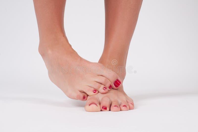 Hongo de pie Pies femeninos en el fondo blanco fotos de archivo