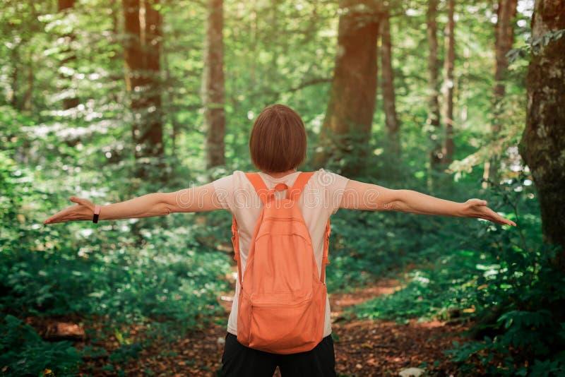 Honhiker med vidsträckta händer i skogen royaltyfri bild