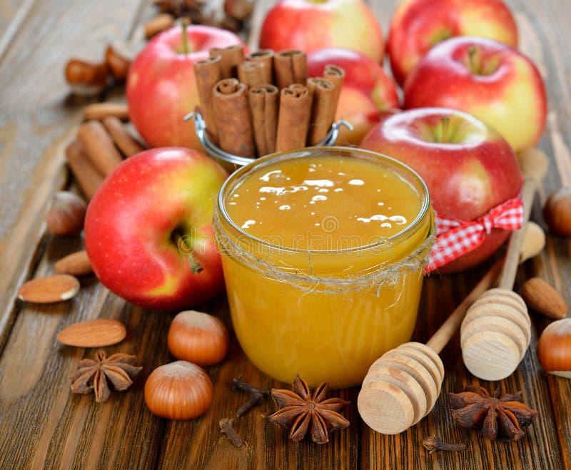 Honig, Äpfel und Nüsse stockfotografie