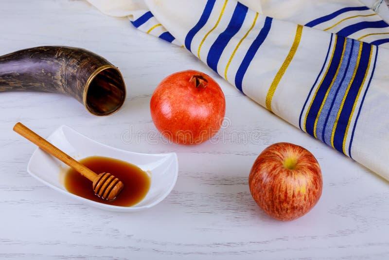 Honig, Apfel und Granatapfel für traditionellen Feiertagssymbole rosh hashanah jewesh Feiertag auf hölzernem Hintergrund lizenzfreie stockfotos