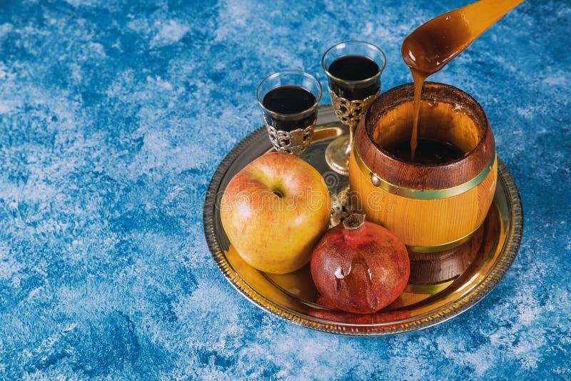 Honig, Apfel und Granatapfel f?r traditionellen Feiertagssymbole rosh hashanah jewesh Feiertag auf h?lzernem Hintergrund lizenzfreie stockfotos