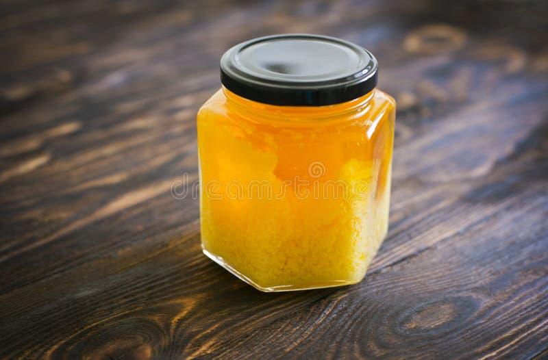 Honig auf einem dunkelbraunen Hintergrund stockfotografie