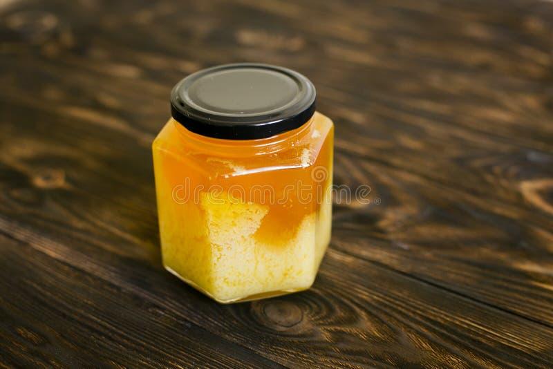 Honig auf einem dunkelbraunen Hintergrund stockbilder