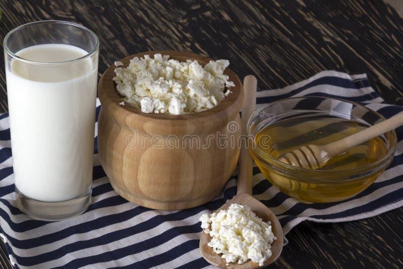 Honig, Hüttenkäse andglass mit Milch lizenzfreies stockfoto
