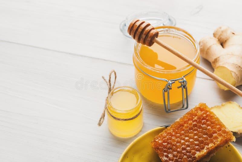 Honig im Glas mit frischem Ingwer auf hölzernem Hintergrund der Weinlese stockfotos