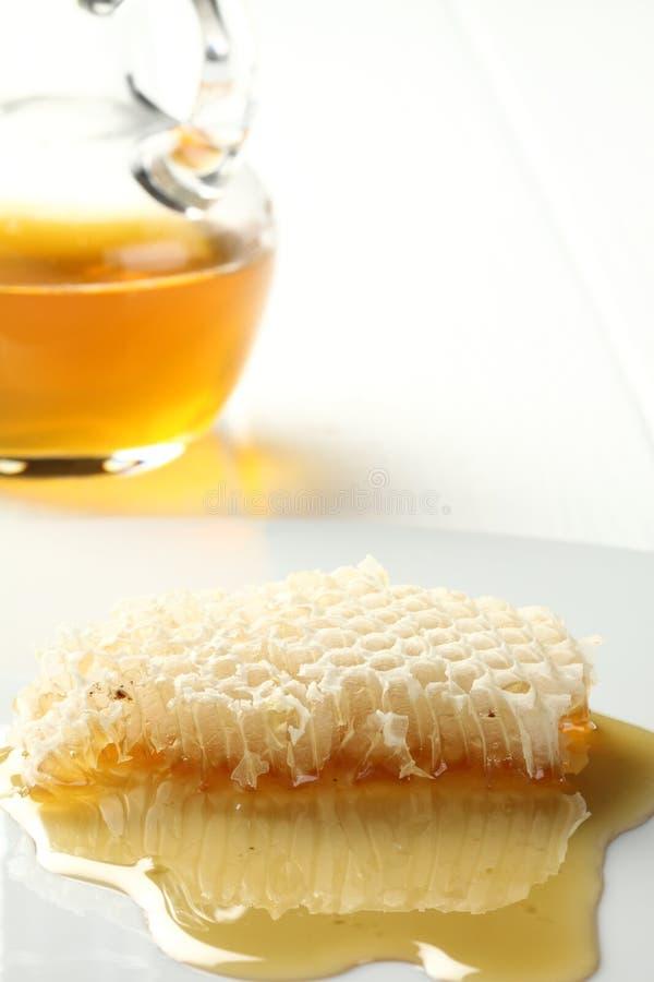 Honig läuft Bienenwabekategorie über. lizenzfreies stockfoto